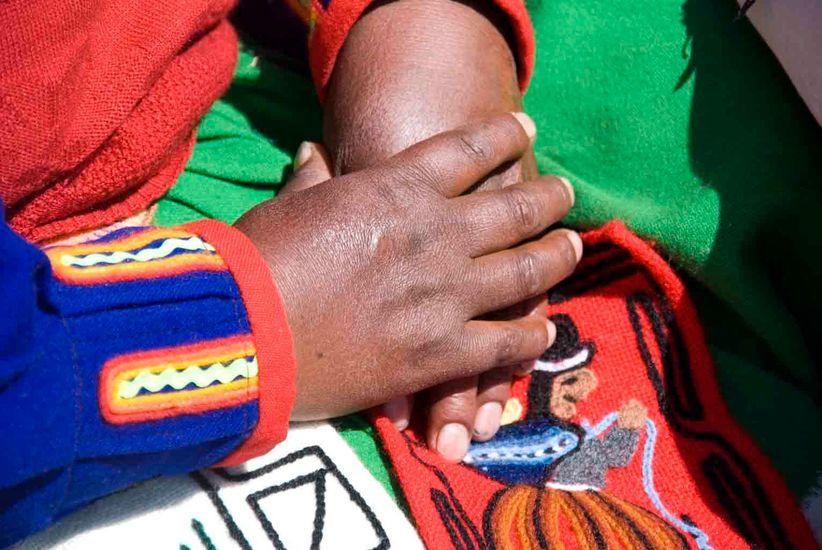 2007-05/sur-les-iles-flottantes-la-majorite-des-femmes-gagnent-leur-vie-en-vendant-leurs-tissages-870d342e51ff4ef51cb484249dd52bd95ab46ca4.jpg