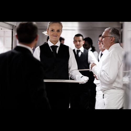 2012-12/grand-maitre-de-ceremonie-alain-ducasse-est-le-chef-d-orchestre-d-un-ballet-de-250-serveurs-27b888d9b0907f670243cc8c7e43739d191efa25.jpg