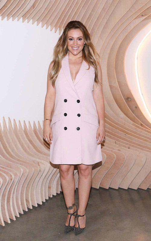 Alyssa Milano porte une robe à double boutonnage