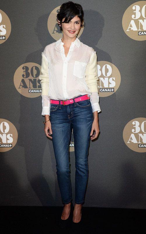 Audrey Tautou porte une chemise blanche et un jean fuselé