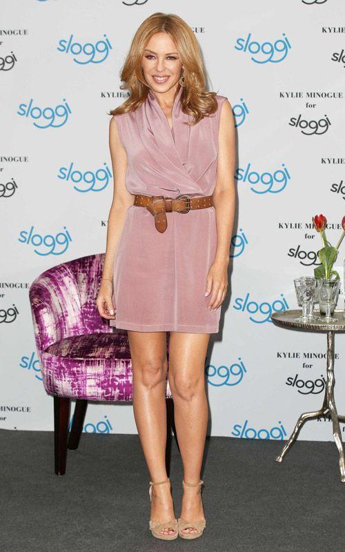 Kylie Minogue porte une robe courte ceinturée taille haute