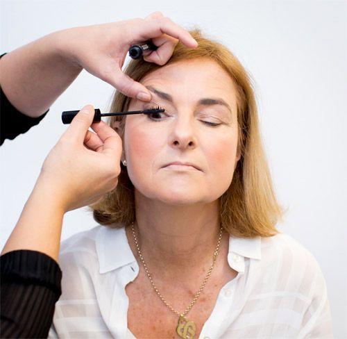 L'application d'un mascara sur l'oeil d'une femme mature