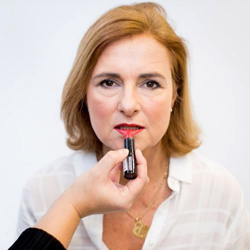 L'application d'un rouge à lèvres sur une femme mature
