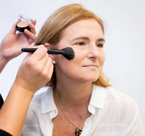 Le travail du blush sur la pommette d'une femme à la peau mature