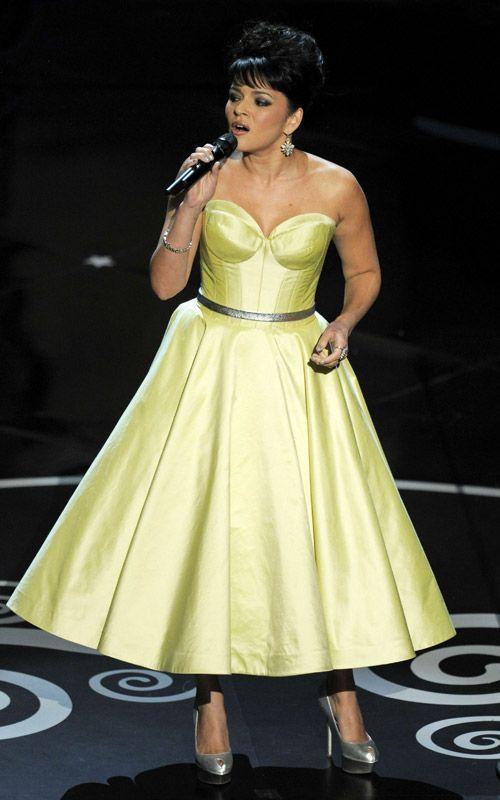 Norah Jones en robe évasée longue