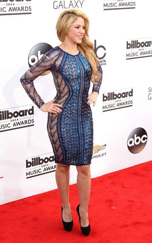 Shakira en robe moulante longueur genou