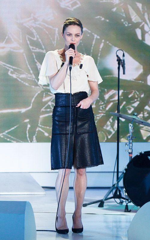Vanessa Paradis porte une jupe taille haute