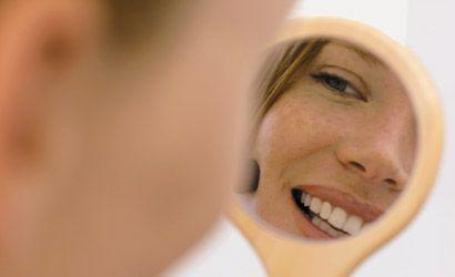 Une femme s'observe dans un miroir