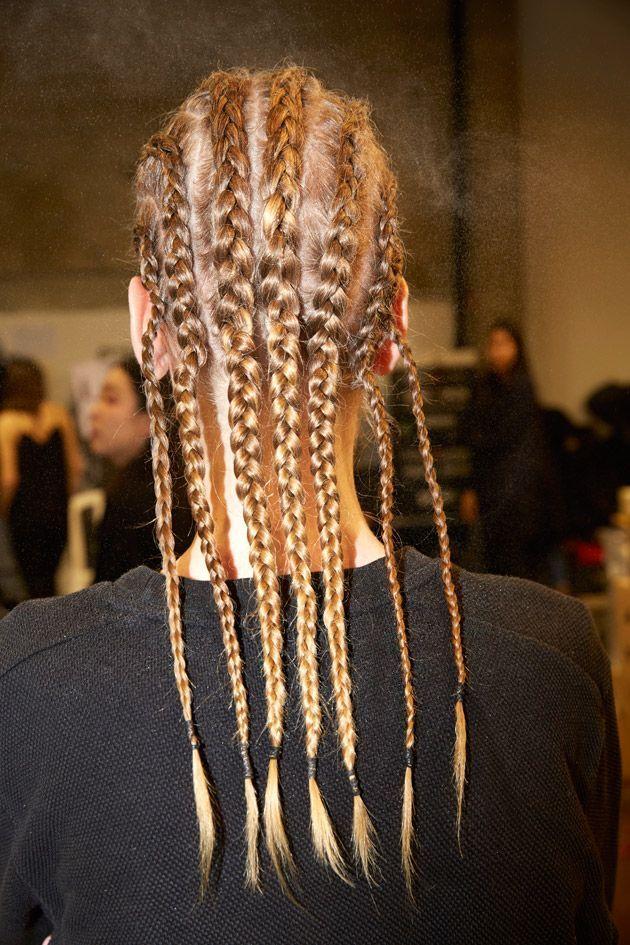 Une cascade de boxer braids sur un mannequin.