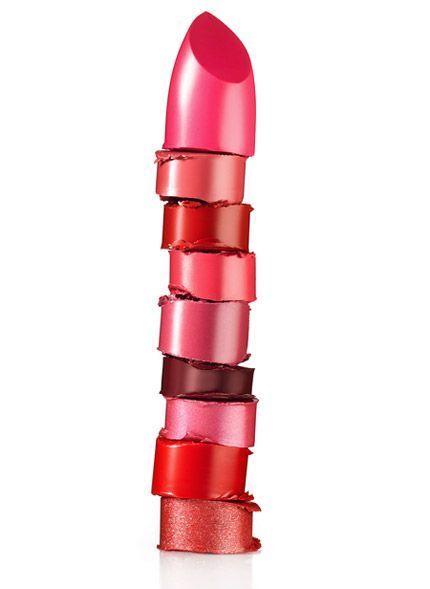 Un empilement de bâtons de rouges à lèvres de teintes différentes.