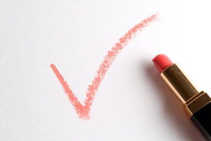 """Un signe """"validé"""" tracé au rouge à lèvres corail."""