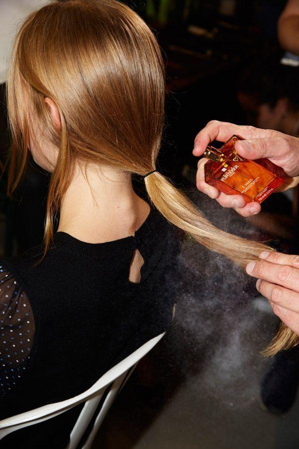 De l'huile vaporisée sur les cheveux