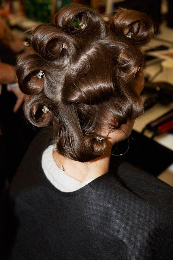 Une femme qui a des rouleaux dans les cheveux