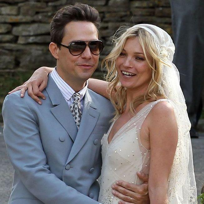 La coiffure de mariage de Kate Moss.