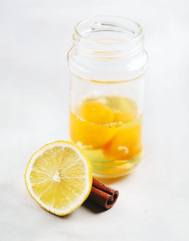 Un shampoing naturel aux œufs au citron et à la cannelle.