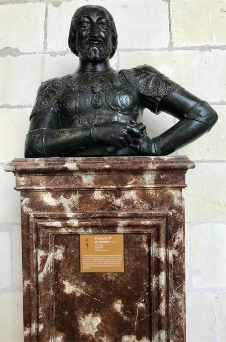 Une statue de François 1er.