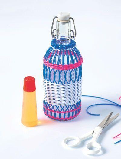 Des fils de scoubidous sur une bouteille.