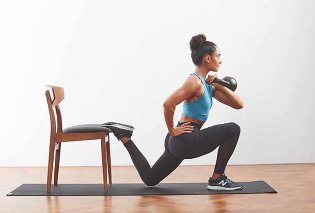 Un kettlebell split squat.