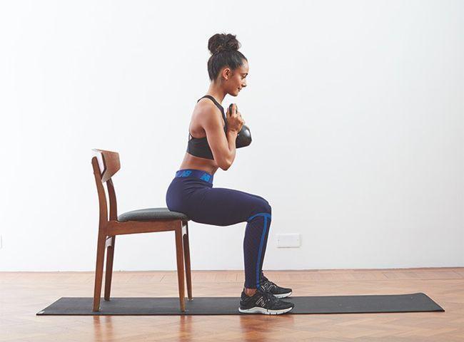 Un squat avec kettlebell.