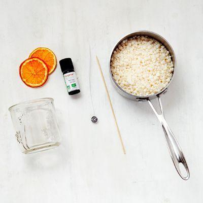 Le matériel pour réaliser une bougie à l'orange naturelle.