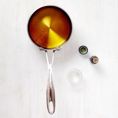 De la cire fondue dans une casserole.