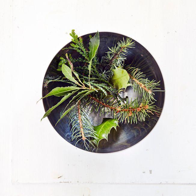 Des branches d'arbre dans un bol en inox.