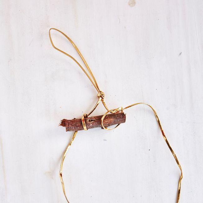 Une lanière de cuir et une branche.