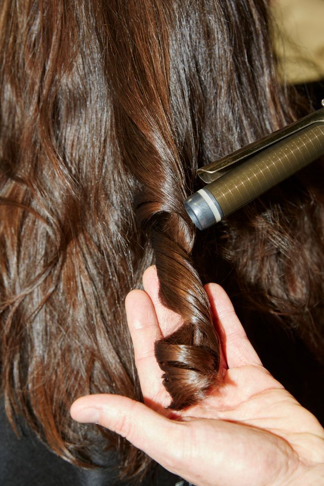 Des cheveux coiffés au fer à boucler.