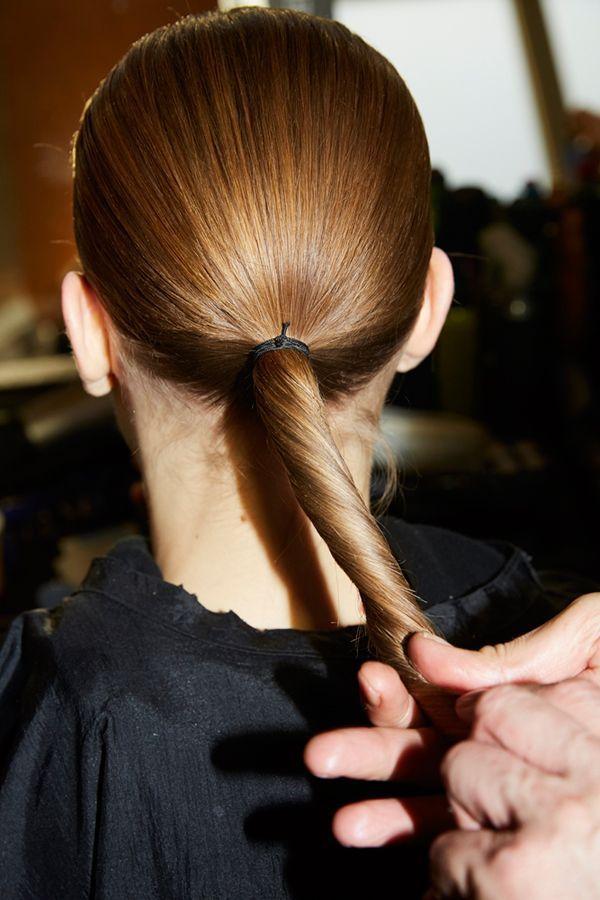Des cheveux ramenés en queue de cheval.