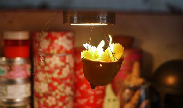Un pot-pourri suspendu dans du citron.