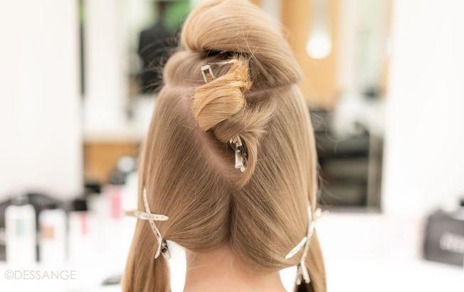 Un tutoriel coiffure pour réaliser un chignon flou.