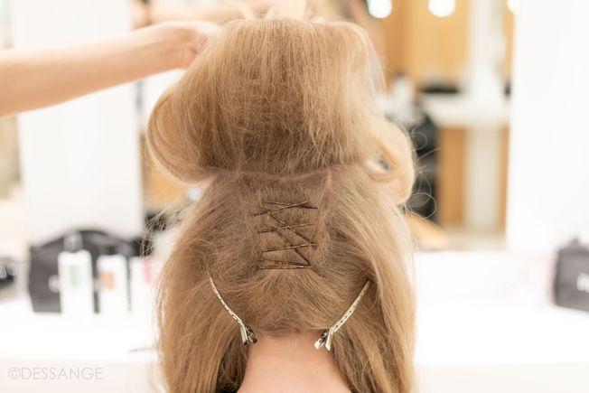 Des cheveux crêpés.