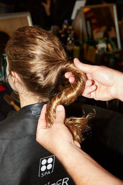 Des cheveux froissés par un coiffeur.