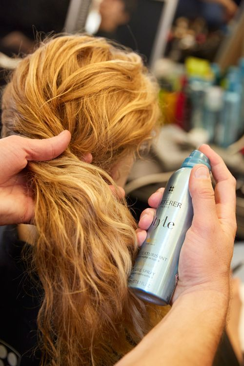Du spray vaporisé sur les cheveux.