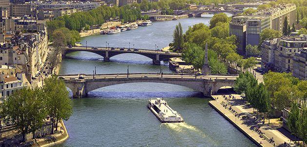 Un bateau sur la Seine à Paris.