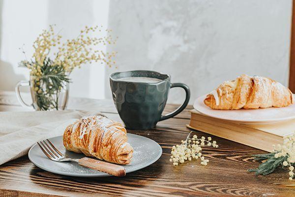 Un croissant et un café.