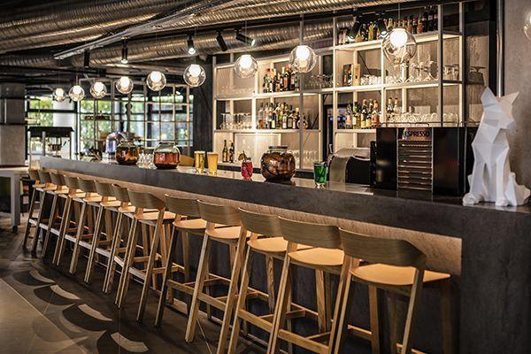 Le bar du Novotel Annecy.