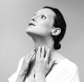 Un exercice de yoga du visage contre l'affaissement du cou.