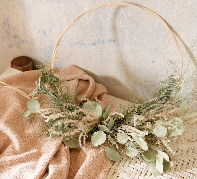 Une couronne de fleurs séchées.