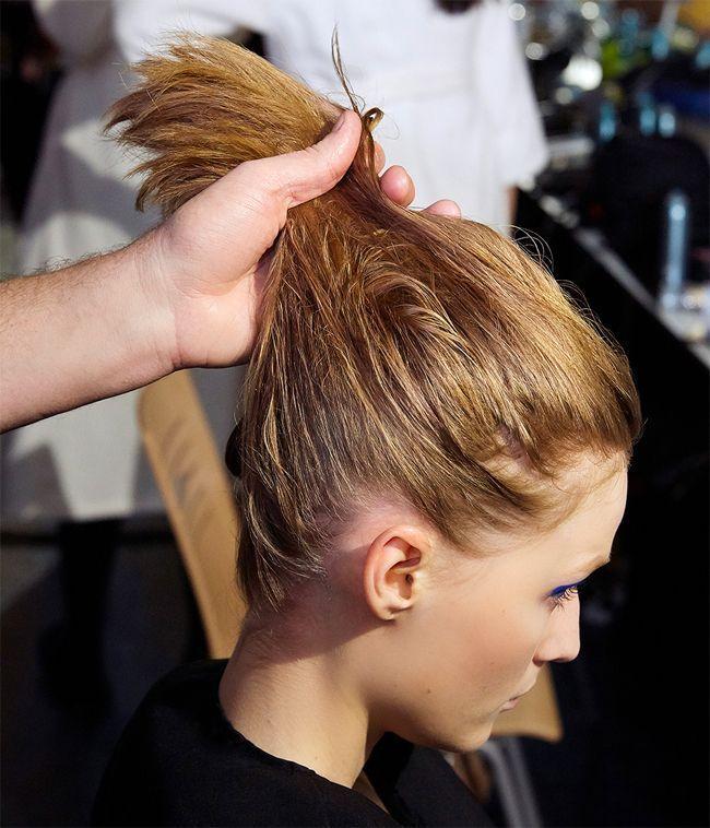 Un tutoriel coiffure pour faire une queue-de-cheval.