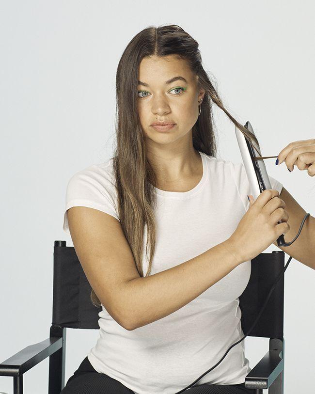 Onduler ses cheveux avec un fer à lisser.