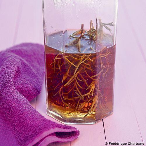 Du vinaigre de cidre au romarin pour les cheveux.