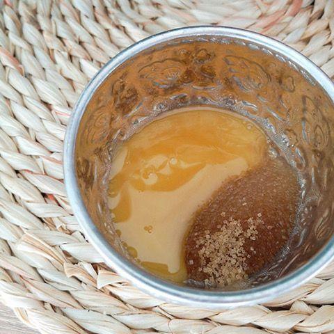 Un gommage contre les boutons au miel et au citron.