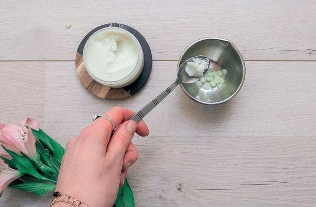 De la cire versée dans un bol pour faire un baume à lèvres naturel maison.