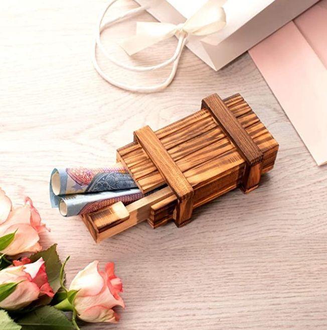 Une boite en bois casse-tête pour les cadeaux.