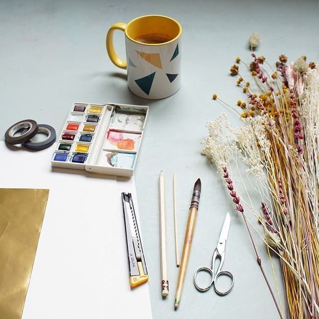Le matériel pour faire un tableau de fleurs séchées.