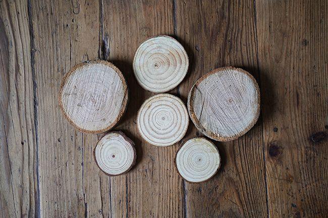 Des étiquettes en bois pour les cadeaux de Noël.