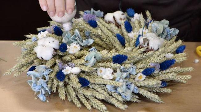 Des paillettes sur une couronne de fleurs.