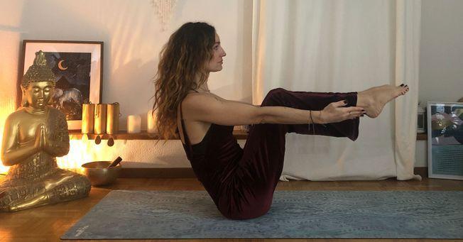 Ravasana une posture de yoga pour la ménopause.