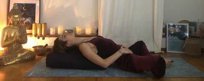 Une posture de yoga du papillon allongé spécial ménopause.